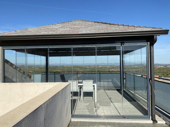 Proyectos e instalación de cerramientos para terrazas, balcones, áticos y negocios, con cortinas de cristal, techos para terrazas móviles y fijos, pérgolas bioclimáticas, estores para terrazas, toldos y lonas. Pérgola