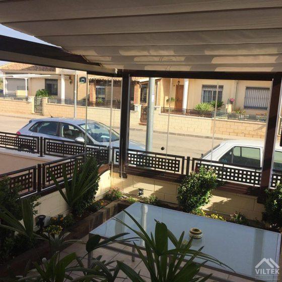 Proyectos e instalación de cerramientos para terrazas, balcones, áticos y negocios, con cortinas de cristal, techos para terrazas móviles y fijos, pérgolas bioclimáticas, estores para terrazas, toldos y lonas. Cerramiento terraza