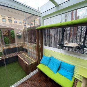 Proyectos e instalación de cerramientos para terrazas, balcones, áticos y negocios, con cortinas de cristal, techos para terrazas móviles y fijos, pérgolas bioclimáticas, estores para terrazas, toldos y lonas. Cerramiento patio