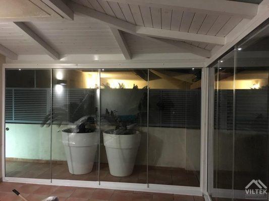Proyectos e instalación de cerramientos para terrazas, balcones, áticos y negocios, con cortinas de cristal, techos para terrazas móviles y fijos, pérgolas bioclimáticas, estores para terrazas, toldos y lonas.