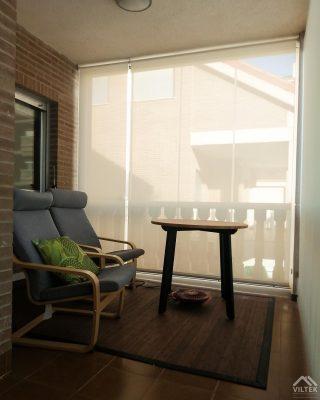 Proyectos e instalación de cerramientos para terrazas, balcones, áticos y negocios, con cortinas de cristal, techos para terrazas móviles y fijos, pérgolas bioclimáticas, estores para terrazas, toldos y lonas. Estor enrollable