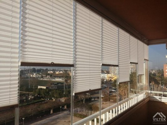 Proyectos e instalación de cerramientos para terrazas, balcones, áticos y negocios, con cortinas de cristal, techos para terrazas móviles y fijos, pérgolas bioclimáticas, estores para terrazas, toldos y lonas. Estor plisado