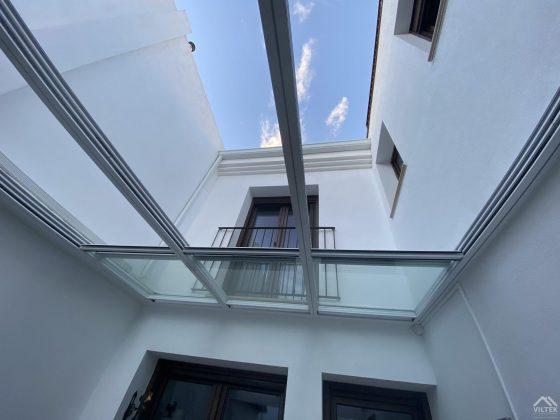 Proyectos e instalación de cerramientos para terrazas, balcones, áticos y negocios, con cortinas de cristal, techos para terrazas móviles y fijos, pérgolas bioclimáticas, estores para terrazas, toldos y lonas. Cerramiento techo patio 2