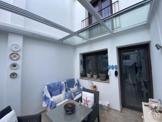 Proyectos e instalación de cerramientos para terrazas, balcones, áticos y negocios, con cortinas de cristal, techos para terrazas móviles y fijos, pérgolas bioclimáticas, estores para terrazas, toldos y lonas. Cerramiento techo patio