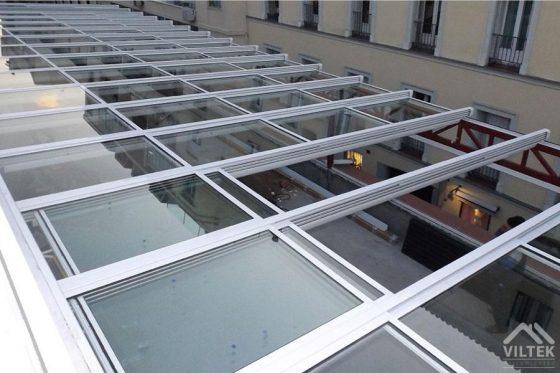 Proyectos e instalación de cerramientos para terrazas, balcones, áticos y negocios, con cortinas de cristal, techos para terrazas móviles y fijos, pérgolas bioclimáticas, estores para terrazas, toldos y lonas. Cerramiento techo patio 3