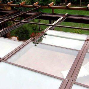 Proyectos e instalación de cerramientos para terrazas, balcones, áticos y negocios, con cortinas de cristal, techos para terrazas móviles y fijos, pérgolas bioclimáticas, estores para terrazas, toldos y lonas. Cerramiento techo jardín