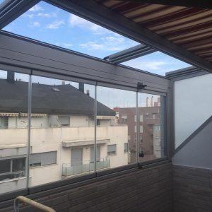 Proyectos e instalación de cerramientos para terrazas, balcones, áticos y negocios, con cortinas de cristal, techos para terrazas móviles y fijos, pérgolas bioclimáticas, estores para terrazas, toldos y lonas. Cerramiento techo ático