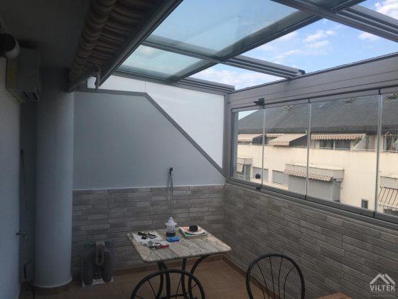 Proyectos e instalación de cerramientos para terrazas, balcones, áticos y negocios, con cortinas de cristal, techos para terrazas móviles y fijos, pérgolas bioclimáticas, estores para terrazas, toldos y lonas. Techo cristal