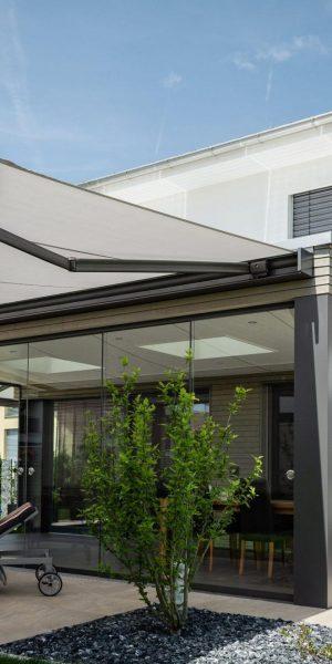 Proyectos e instalación de cerramientos para terrazas, balcones, áticos y negocios, con cortinas de cristal, techos para terrazas móviles y fijos, pérgolas bioclimáticas, estores para terrazas, toldos y lonas. Porche 1